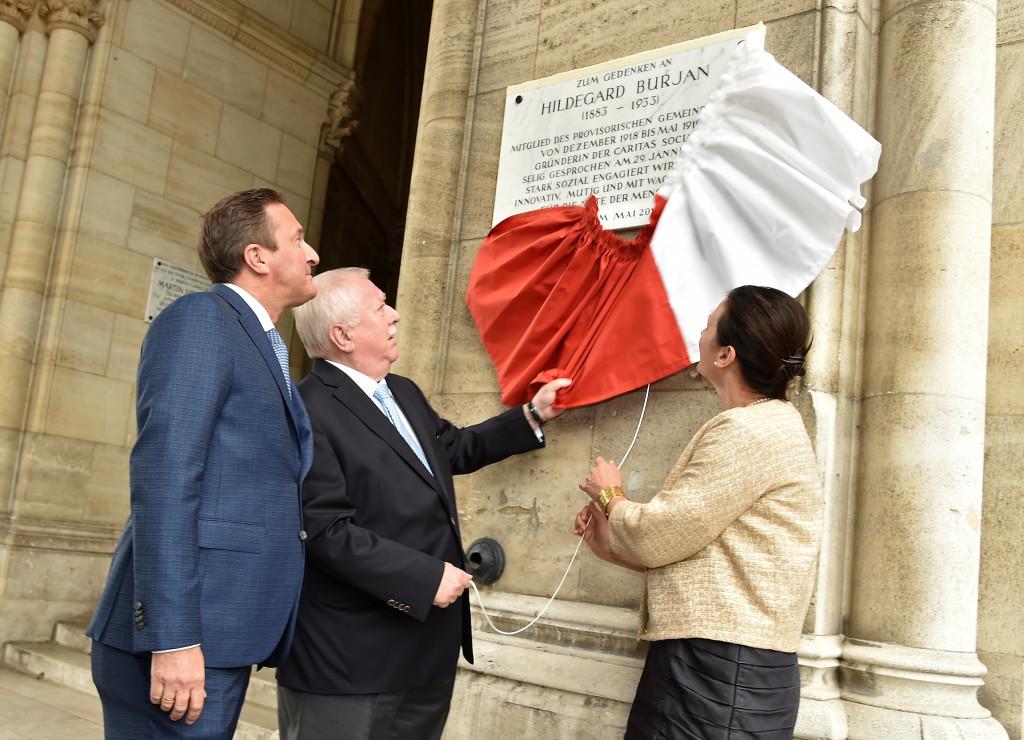 Bürgermeister Häupl und ÖVP Klubobmann Manfred Juraczk enthüllen eine Gedenktafel in Erinnerung an Hildegard Burjan am Rathaus
